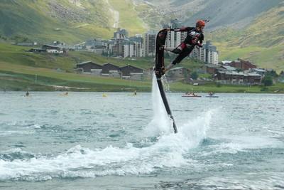 hoverboard émergeant de l'eau