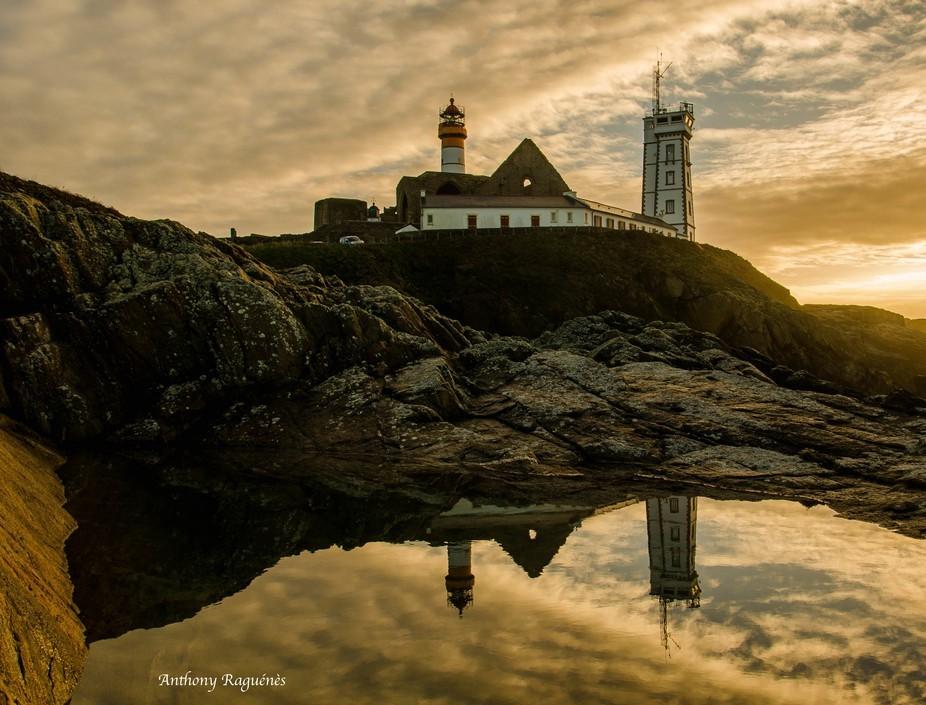 Les reflets du phare dans cette mare et un lever du soleil de couleurs or