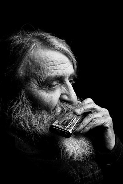 Old harmonica player