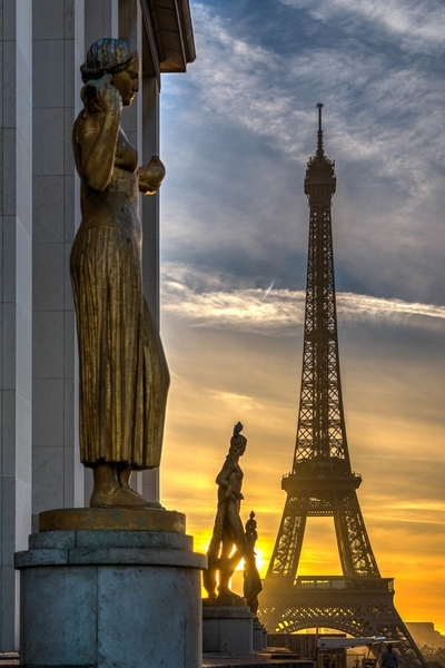 Sunrise on Eiffel Tower from Palalis de Chaillot