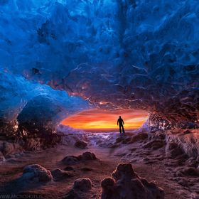 The burning sunrise shone its warm rays into the frozen ice cave in Vatnajokull glacier, creating these amazing contrasts so of course I couldn´...