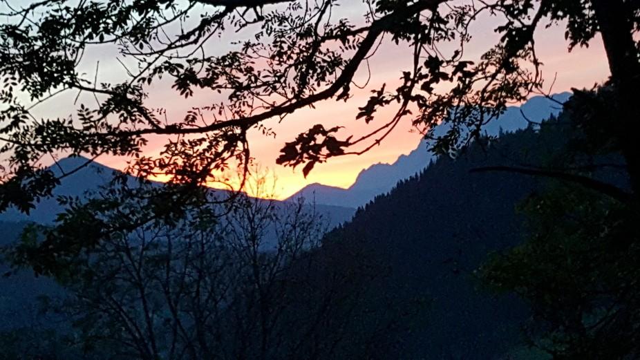 Diesen wunderschönen & Farben frohen Sonnenuntergang kann ich täglich von meinem Fenste...