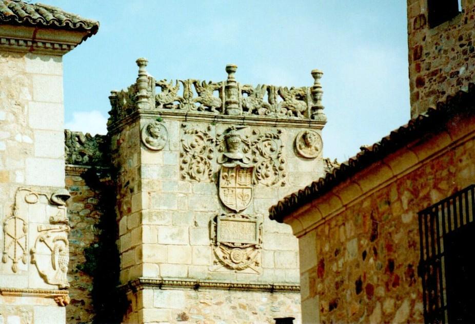 Escudo mural de un antiguo palacete indiano  Trujillo, Cáceres