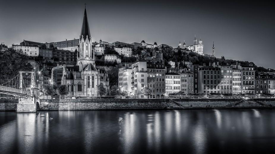 Eglise St George et Passerelle St George sur la Saône à Lyon. En arrière plan la Basilique de ...