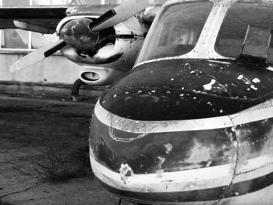 Beaten up old airplane rusting away