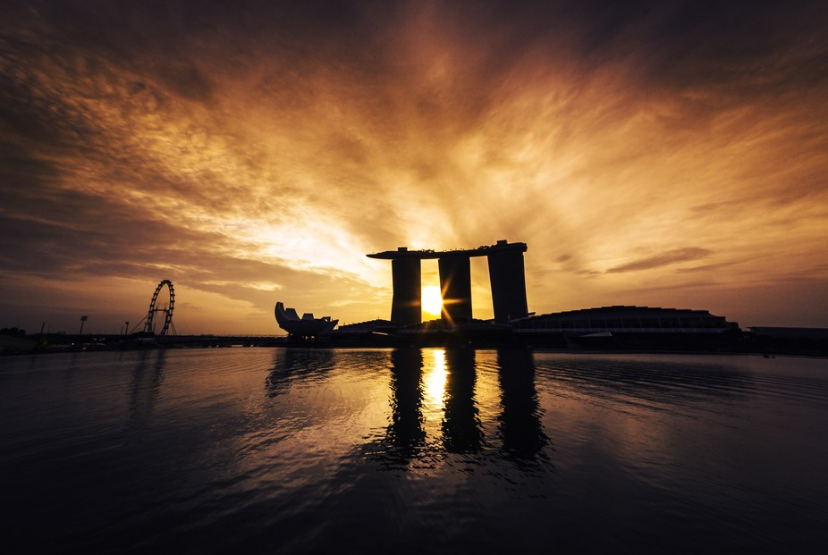 Early sunrise at the iconic Marina Bay in Singapore.  Let's connect! Instagram: dannni_boii