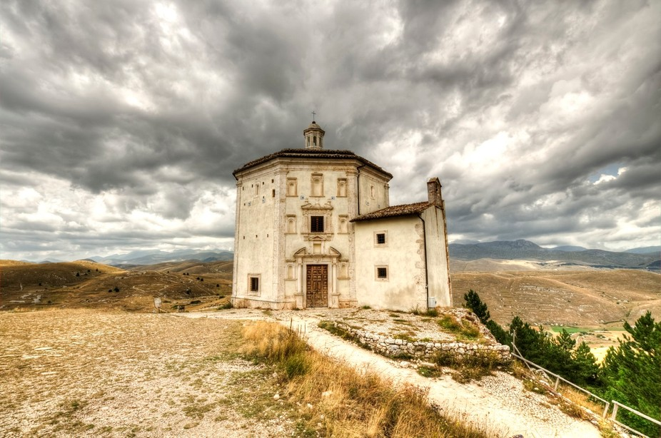This is the small chapel in front of Rocca Calascio, in Abruzzo (Italy), a very suggestie place.....