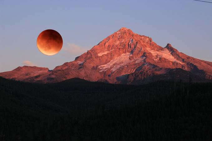 Red moon rising over Mt. Hood Oregon Fall 2016