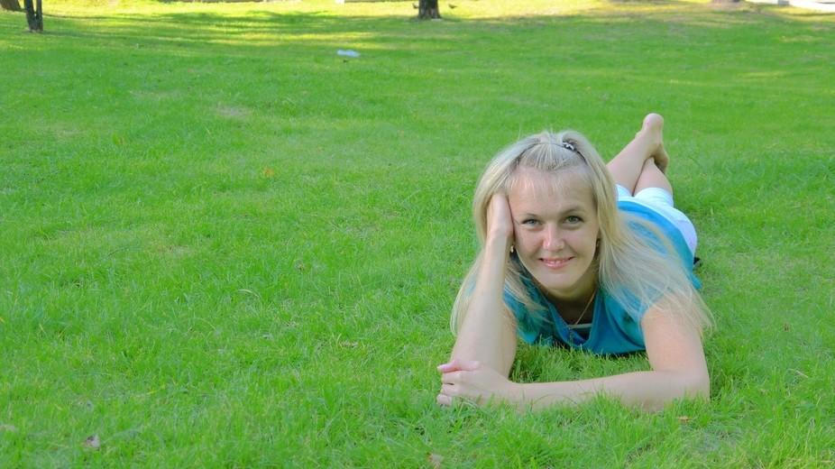 На зелёной,яркой, молодой траве,как на ковре,лежит сч�...
