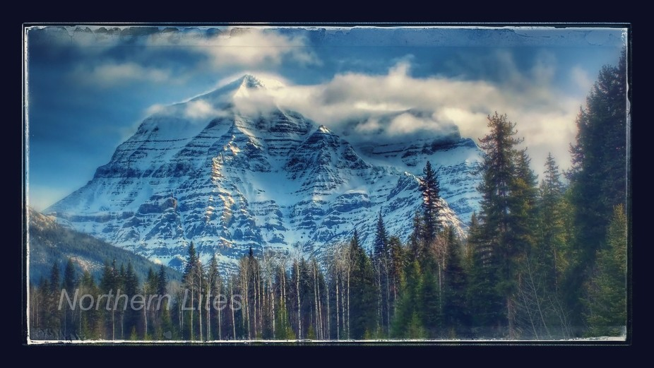 The average days per year that you can see the top of mount Robson is 14 days a year .