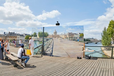 Painters rendition of Pont Passerelle des Arts on the bridge - Summer 2016 - Photo by Robson Smith