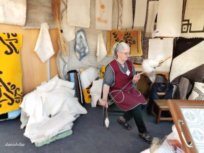 Portuguese tradition of turning wool into yarn with rock and spindle