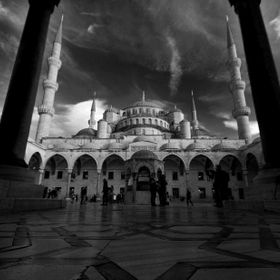 Stepping away from the commotion of the streets of Istanbul and into a world of tranquility and beauty of the Sultan Ahmet Camii
