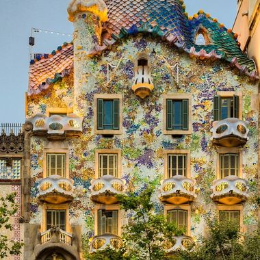 Gaudi is such an important architect in the city of Barcelona.  There are so many incredible structures crafted by his mind and hands.  Casa Batilo, one of Gaudi's masterpieces, invites you to discover what is a legend of art!