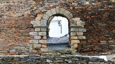 A glance over Monsaraz, through a door of the walls