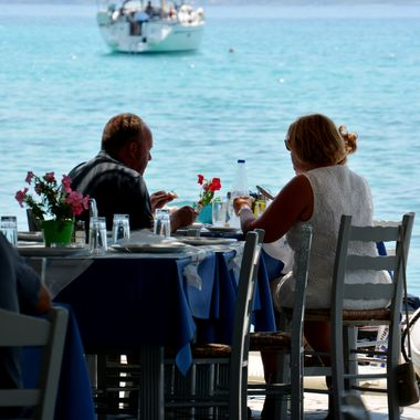 People dining at the restaurant in Posidonio.