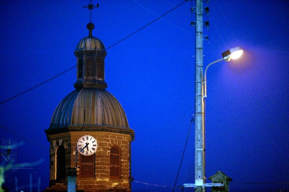 Eglise de Chens sur Léman en Haute-Savoie, pendant une nuit d'hiver