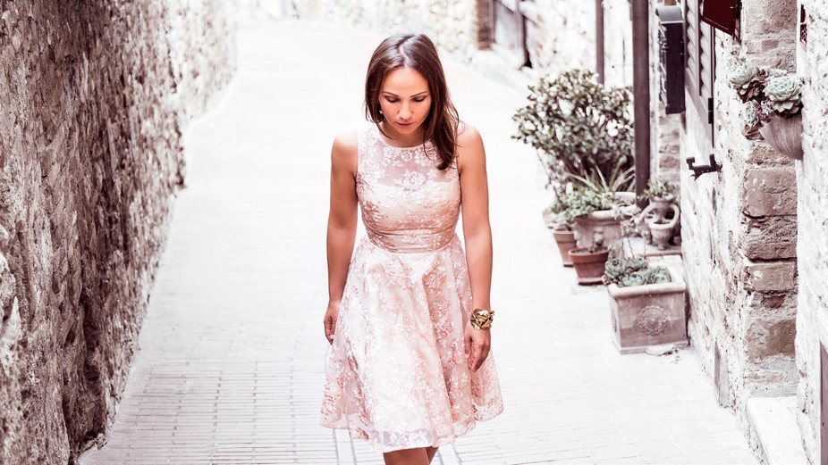 Marnie Tuscany shooting San Gimignano pink dress