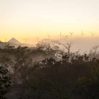 un volcan, niebla y viento
