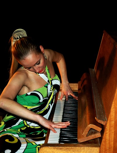 model with a piano