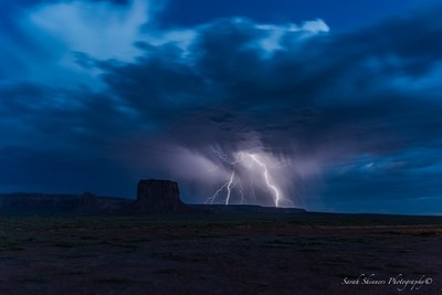 """I was driving out of Monument Valley when I saw """"flashes"""" to my left, I pulled over and managed to get a few lightning shots before the ligh by Theo-Herbots-Fotograaf"""