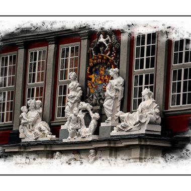 Figurines on a municipal building in Wolfenbüttel.