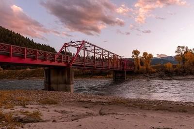 Sunset, bright red bridges are the best to photograph in the fall ????! #nature_perfection #superhubs #show_us_nature #bridge #instananimal #discoverwildlife #allnatureshots #exclusive_animals #animalkingdom #wildhorses #jacksonhole #wildlifeplanet #yello