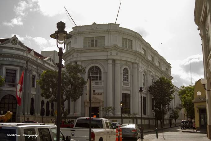 This is one of the oldest bank to exist in the City of Ponce, it was called Banco Credito y Ahorro Ponceno(The Credit and Savings Bank of Ponce), which I worked in for some time, not necessary this branch. It is now called Santander Bank.