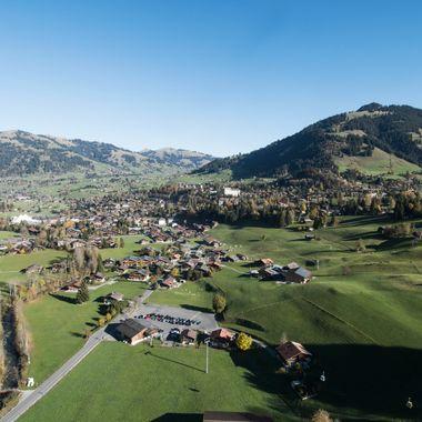 Aussicht vom Gleitschirm während einem ruhigen Morgenflug von der Wispile nach Gstaad.