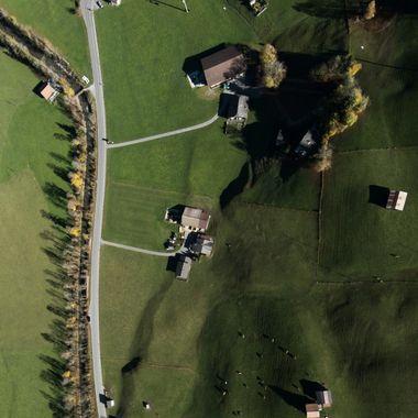 Die Wispile-Talstation und der Gleitschirm-Landeplatz in Gstaad während dem überfliegen an einem wunderbaren Herbstmorgen im 2017.