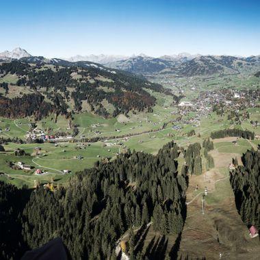 Ein Panorama vom Gleitschirm aus gemacht während einem super schönen Morgenflug von der Wispile nach Gstaad.