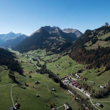 Blick über den Grund in Richtung Feutersoey während einem wunderbaren Morgenflug von der Wispile bei Gstaad.