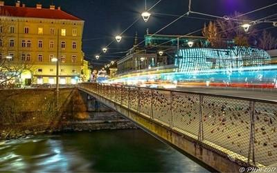 #mur #bridge #kunsthaus #tram #locks #friendlyalien #citylights #citylife #graz #wirliebengraz #visitgraz #grazaustria #grazcityofdesign #igersgraz #instagrazer #instagraz #graztourismus #ig_graz #nightphotography #lighttrails #ig_world_colors #ig_worldph