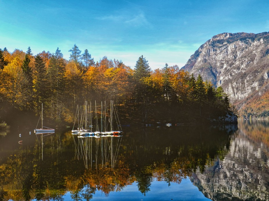 Sailing boats on lake Bohinj - Slovenia