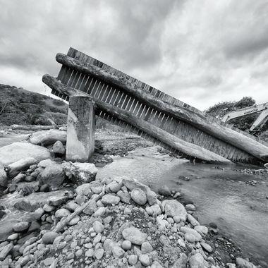 el rio se llevo el puente - the river took the bridge