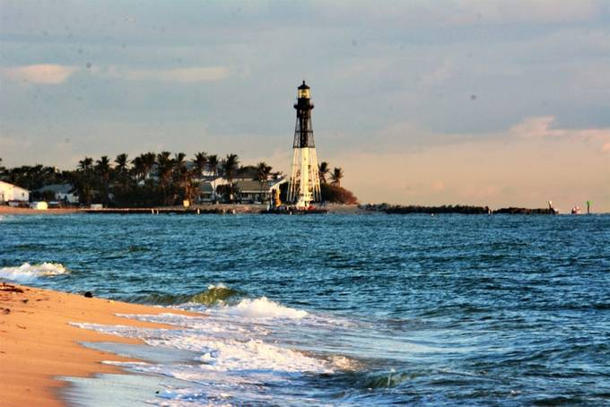 This is a very known Light Tower from Pompano Beach,  this was as I was walking toward the Light Tower, I could not resist taking a photo.