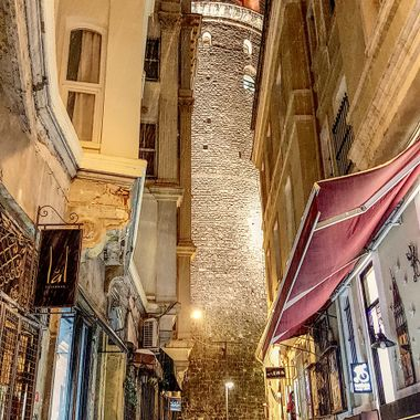 I took this photo when we were in Istanbul, in the year 2015. It was snowing that day and we decided to walk around in the snow around the Galata Tower. This was one of the photos that I took.