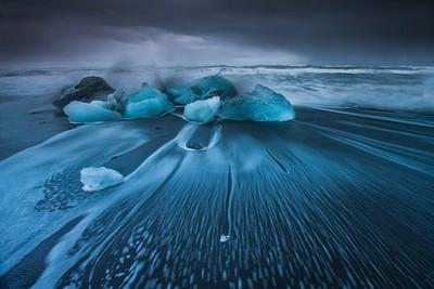Melting in the wavy ocean