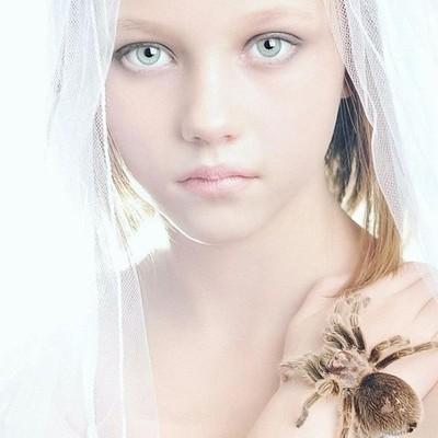 Hailey with Tina Marie #tinamariephotography #tinamariealaska #alaskaphotographer #portrait #beauty #tarantula #spider #girl #childmodel #fashion #white #veil