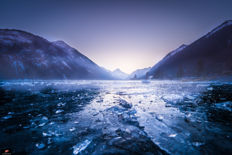 """""""Shattered"""" Das Eis kracht, man hört über den halben See, dass es sehr instab..."""