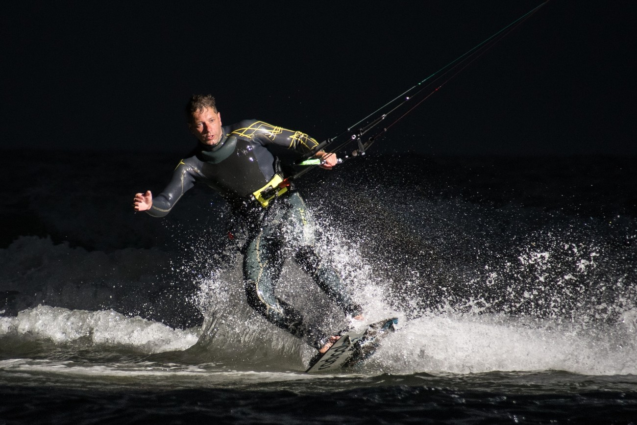Kitesurfing at night, with a flash attached to the lines of the kite.  20170804 237 Wim