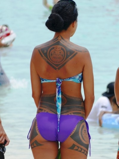 Polinesian tatooed girl