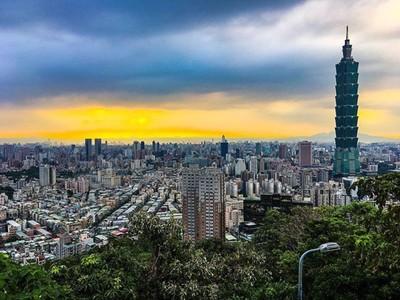 Cityscape views of Taipei atop the Elephant Mountain Hiking Trail.