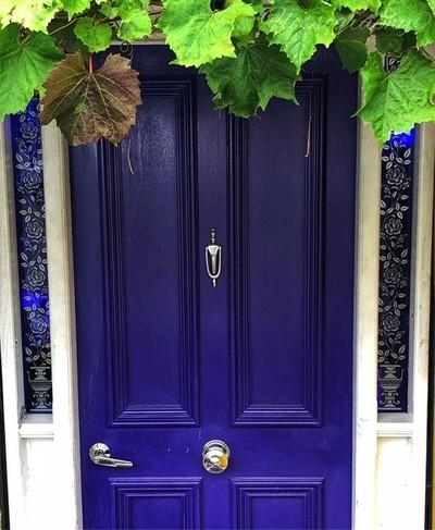 Hidden gems: this beautiful blue front door with matching blue glass trim #hiddengem #bluedoor #frontdoor #blue #colourpop #grapevine #Hey_ihadtosnapthat #discovertasmania #tasmaniagram #hobartandbeyond #instatassie #tassiepics #tassie #hobart #southernta