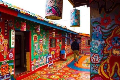 The aptly named Rainbow Village. A truly inspiring place to be. A beautiful collection of old buildings that were going to be knocked down to make way for new generation apartments. This was until one man intervened and created this stunning piece of art