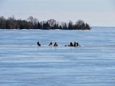 Ice fishing on a sunny afternoon (IMG_2830)