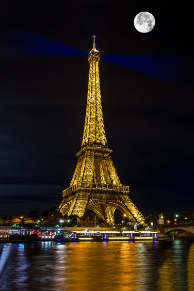 Eiffel Tower and the moon in Paris ...