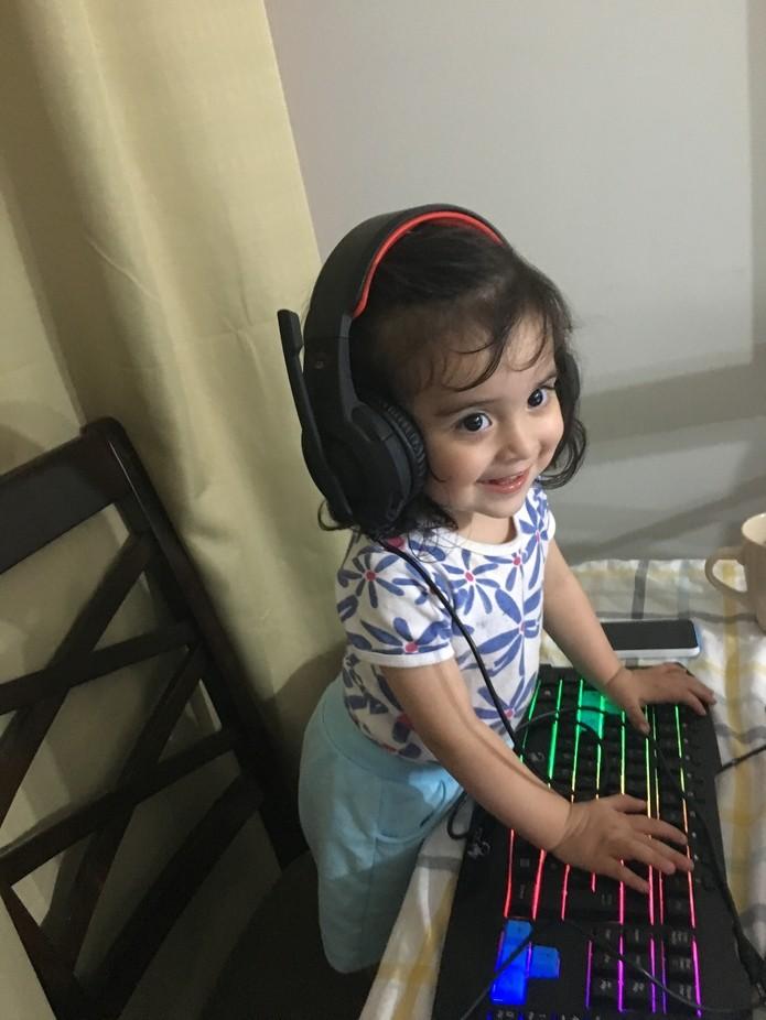Tomando el computador de su hermano mayor para escuchar música.