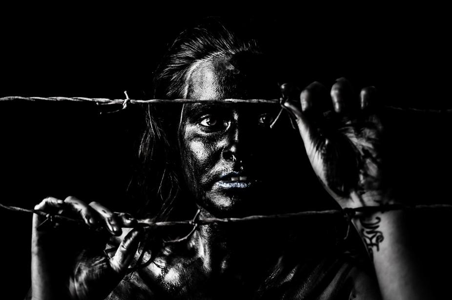 Mujer pintada de negro con esperanza de libertad