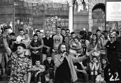 #kyiv #khreschatyk #хрещатик  #photoaxgram  #pic_firik_ #agameoftones #exploremore #ourmoodydays #visualambassadors #bleachmyfilm #dreaminstreets #moodyports  #ukraine #streetphotography #streetstyle #streetphotography #kiev #киев #crowd #socialgroup #bla